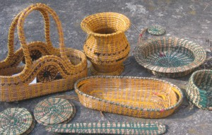 Pine needle baskets making ( Click to enlarge)